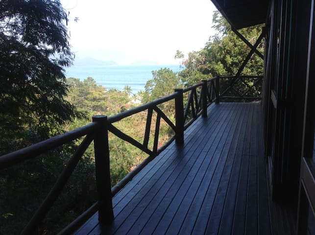 Deck superior com vista panorâmica.