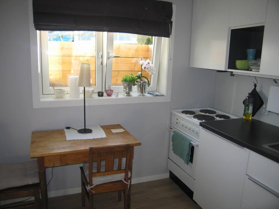 Store vinduer gir en lys og trivelig leilighet