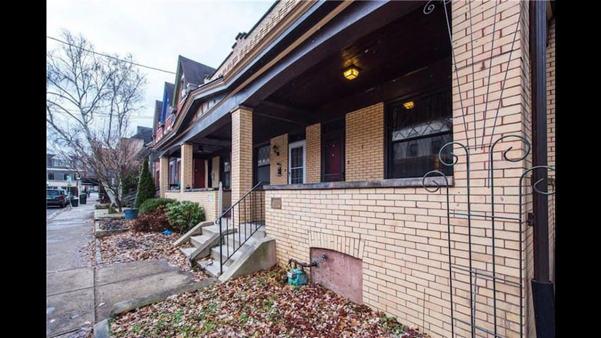 Private room (w bathroom) in Shadyside townhouse