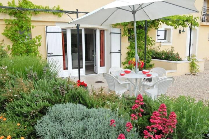 Studio in a Provencal villa overlooking the Mont Ventoux