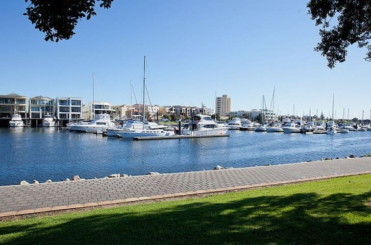ADELAIDE Beache Westfield S/C  City - Marion