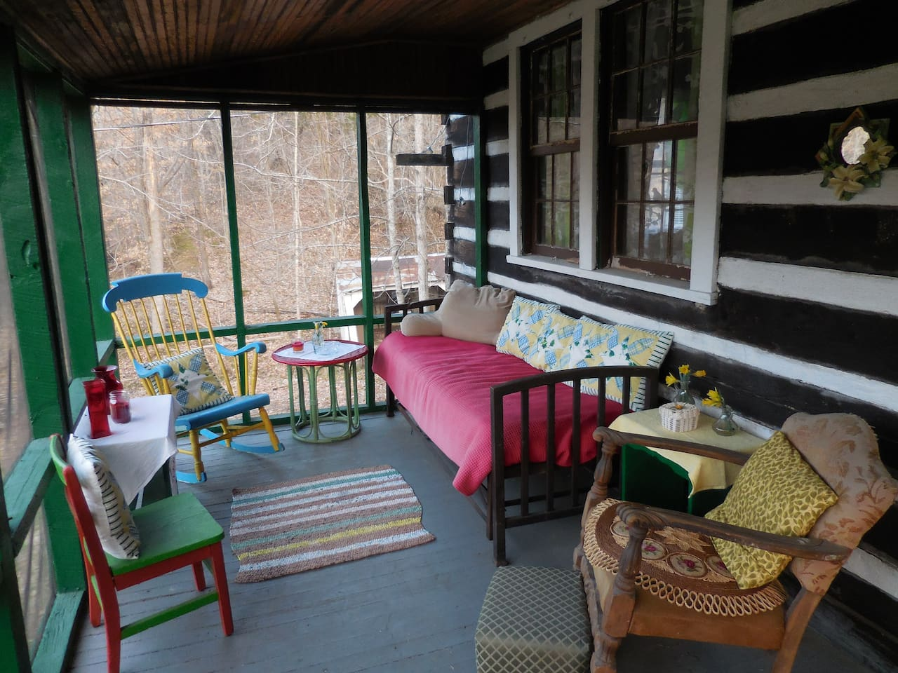 Screened in front porch, great for bird watching and relaxing.