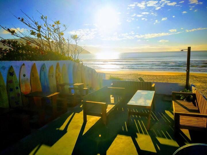 Ohana Hostel Beach House suíte com vista do mar