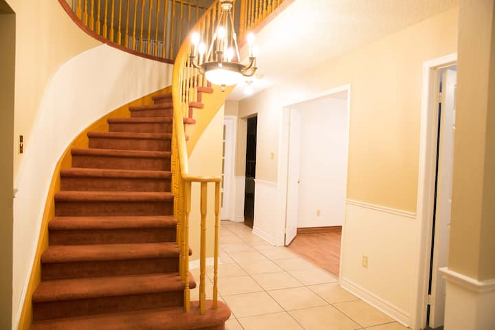 4 bedrooms house in Barrie GREAT CENTRAL LOCATION