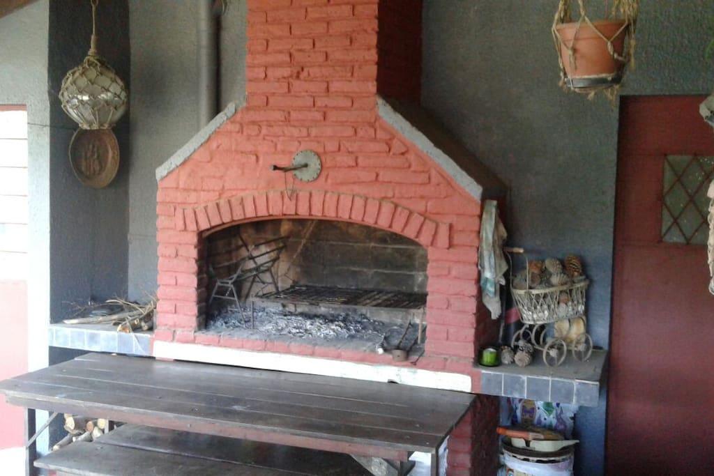 Barbacoa con parrillero y horno de leña.