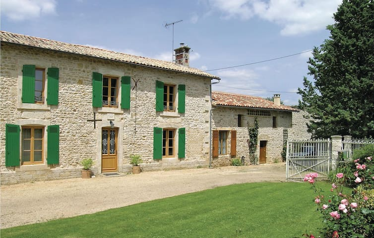 Holiday cottage with 4 bedrooms on 200 m² in Souvigne