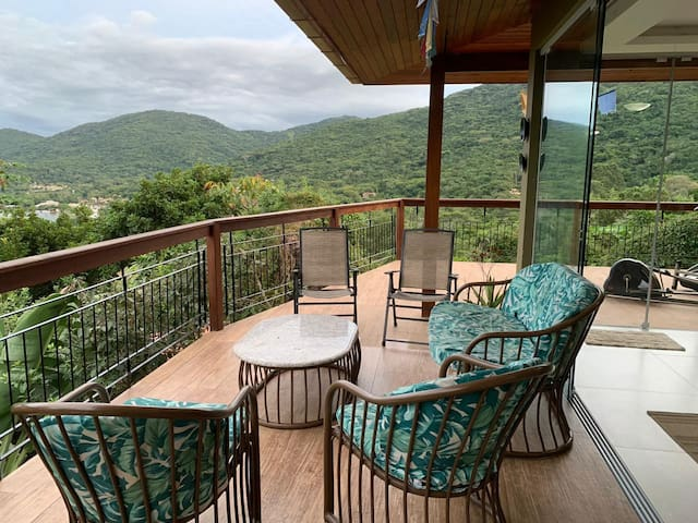Vista permanente maravilhosa da varanda da sala e cozinha (primeiro andar). Em todo primeiro andar se tem essa vista permanente