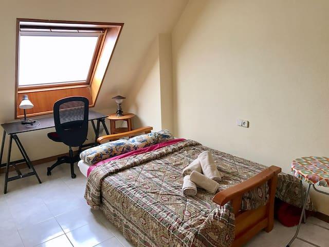 Dormitorio con sofá cama
