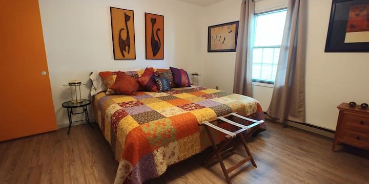 Rowe's Nest 1.  Full floor apartment/ 3 King beds!