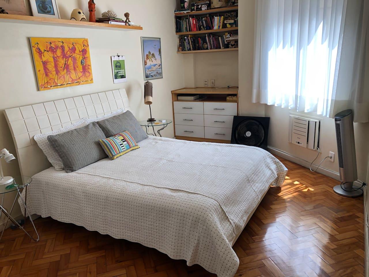 Quarto confortável, silencioso e espaçoso (16 m2) com cama queen-size. / Comfortable, quiet and spacious bedroom (174 sq ft) with queen-size bed.