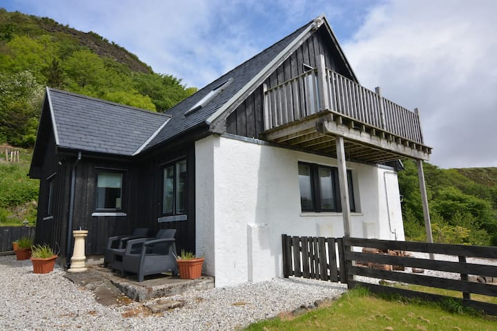 Modern, cosy cottage with stunning views of Skye.
