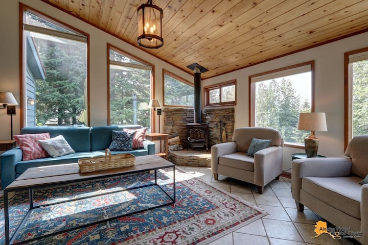 Timberline Treehouse Chalet w/new large hot tub