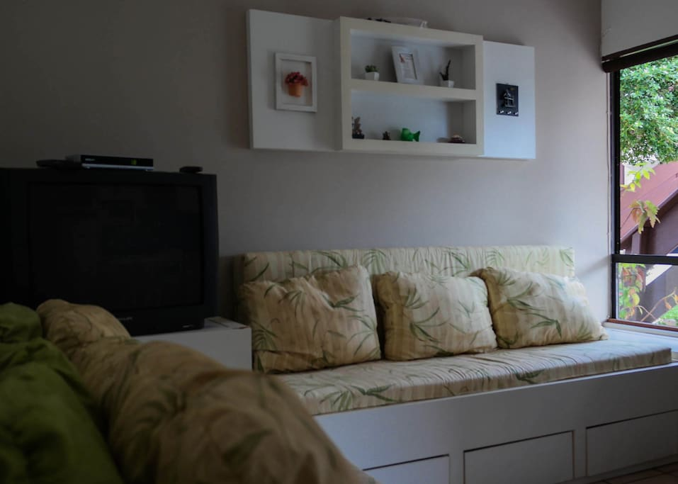 Sala do apartamento, com dois sofás-cama.
