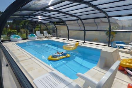 Maison familiale avec piscine chauffée et couverte - House