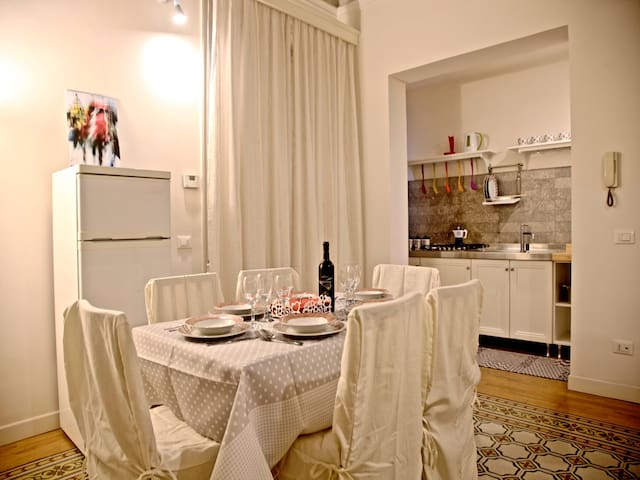 Dining Area/ Kitchen: fully equipped kitchen, dining table.  Cucina: tavolo da pranzo, cucina completa.