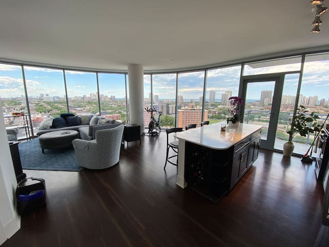 Stunning 2 BR with Panoramic Views of City
