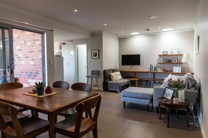 Stylish Executive Townhouse + FREE Parking & WIFI
