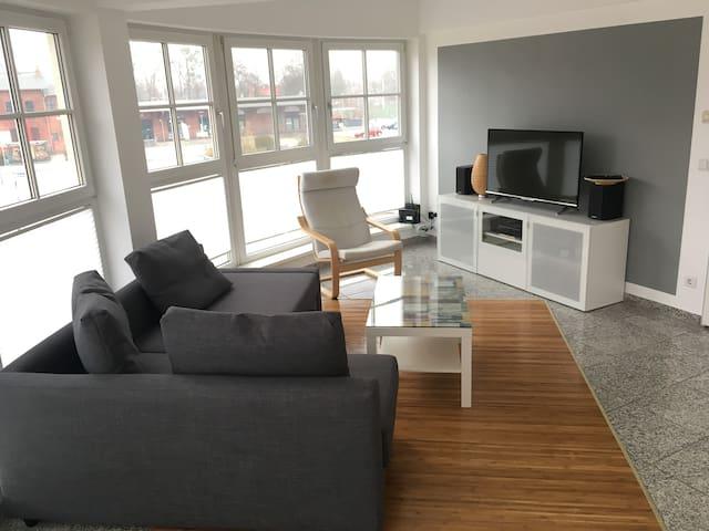 Wohnzimmer: Sofa mit TV