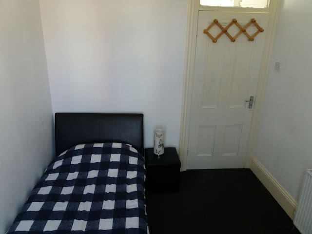 Room with a single bed. - Sunderland - Huis