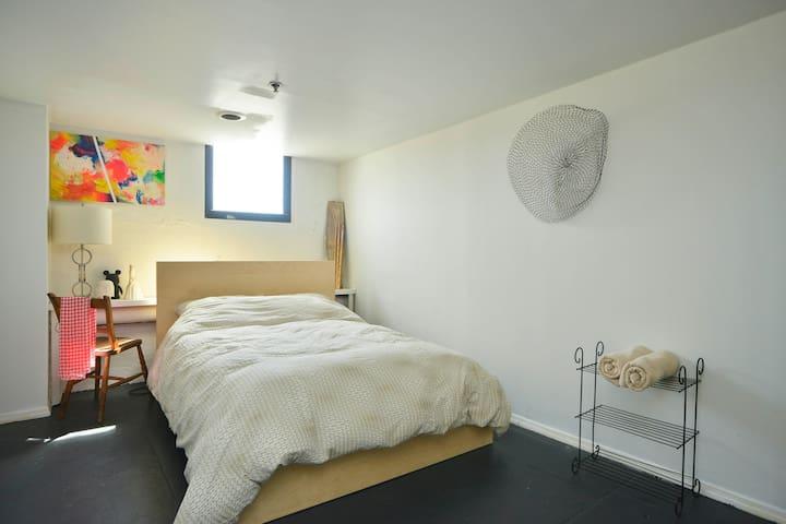 Spacious room in Huge artist Loft - Brooklyn - Loft