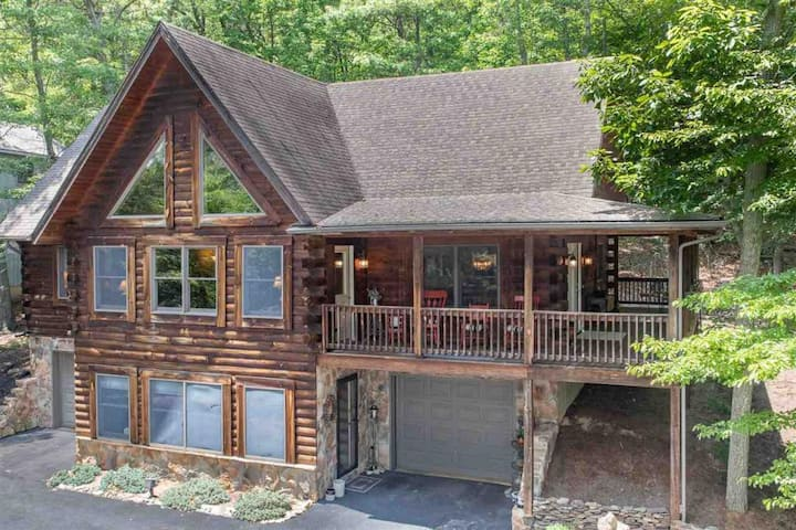 Massanutten log home-slope views-walk to amenities