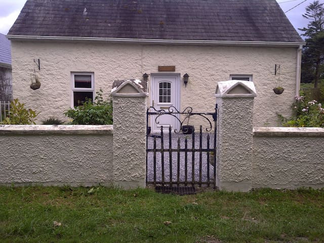 Cosy 100 year old  Two Bed Cottage - Patrickswell - House