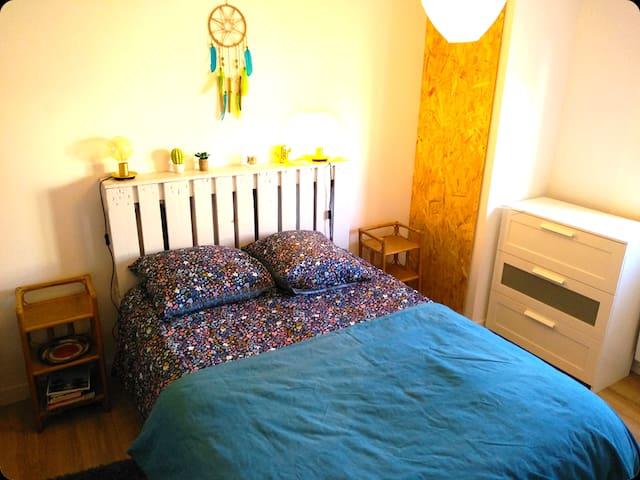 Dans la chambre, lit en 140