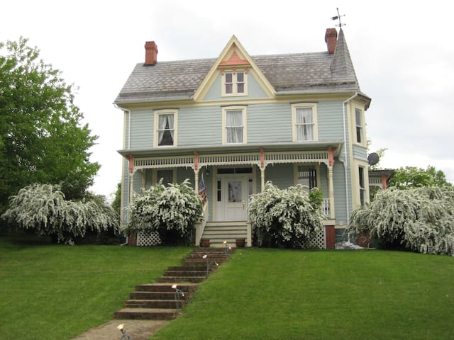 Historic, victorian, 4 bdrm. 3 bath - Harpers Ferry