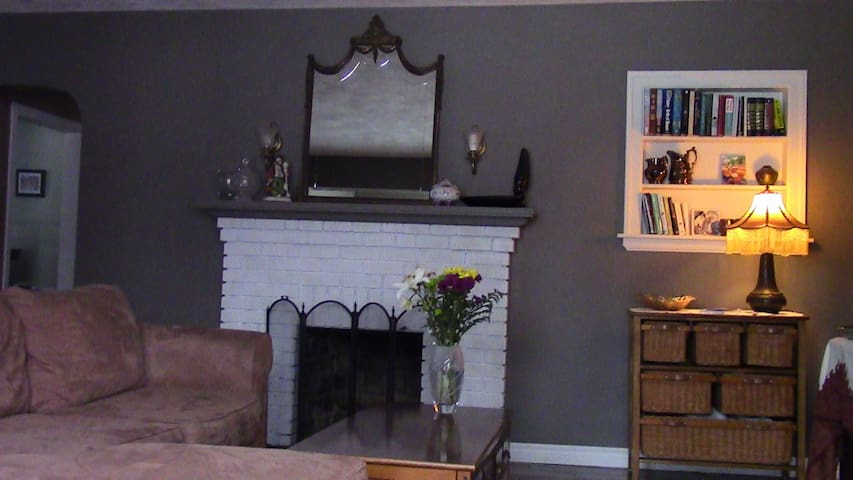 Cozy Home/UM's backyard/Sleeps 4 - Moncton - House