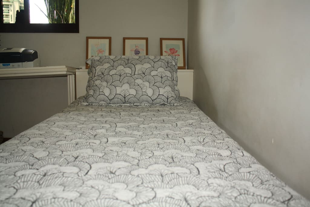 Quarto com duas camas de solteiro - Bedroom with two single beds