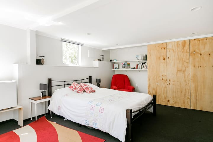 Spacious room in family home! - Nelson