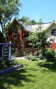 32 Canal Street Loft - 30 minutes to wine country! - Chatham-Kent