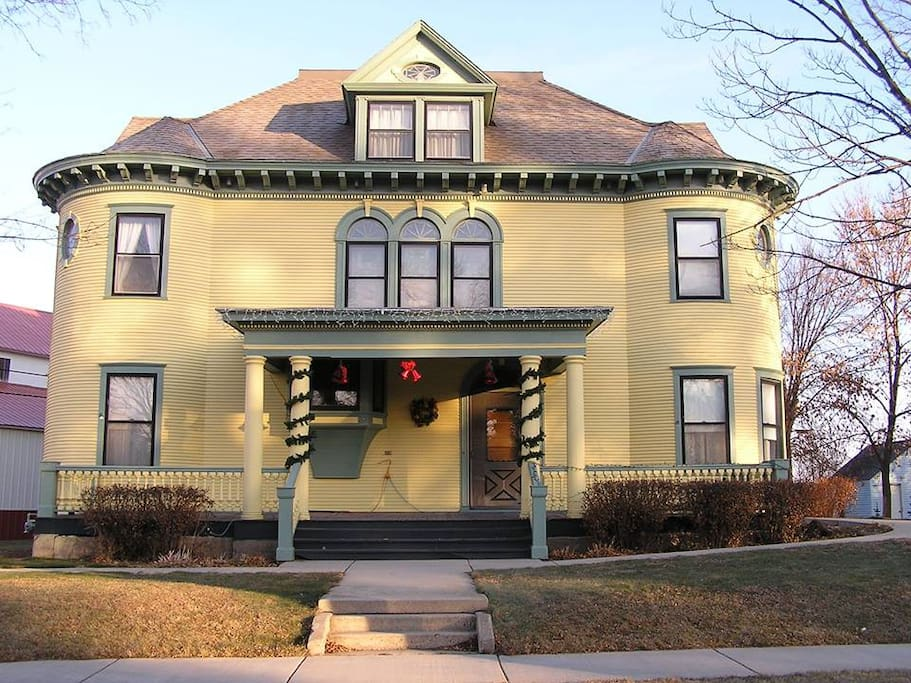 Turn of the century house bed and breakfasts for rent in for Cottonwood house