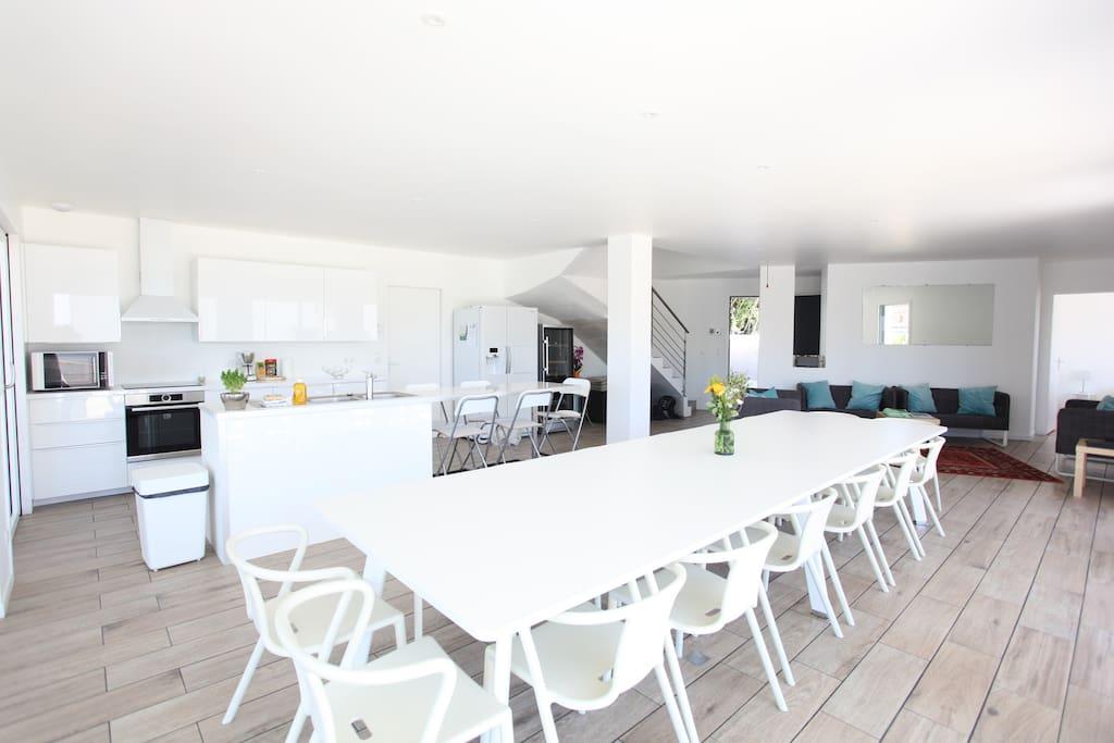Le Living et sa table pour 16 personnes...