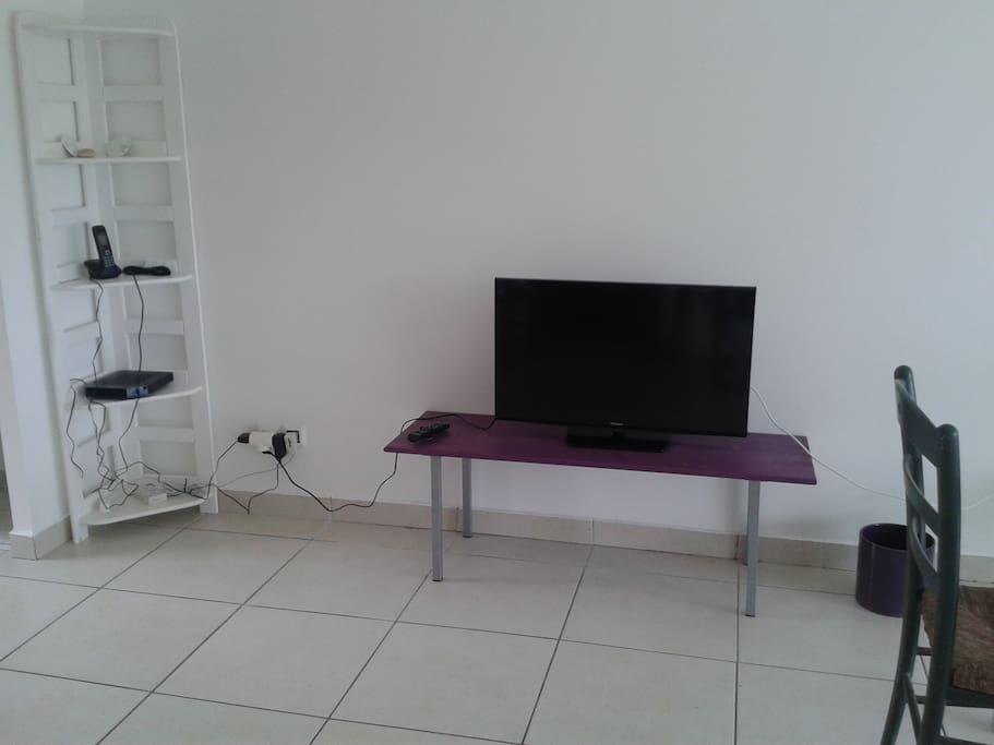 TV (dans la chambre), connexion Internet 4 gigas, wifi inclus.