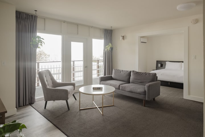 Suite room with private balcony - Hollywood View