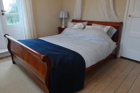 Franse kamer, eigen badkamer + terras - Nisse - Inap sarapan