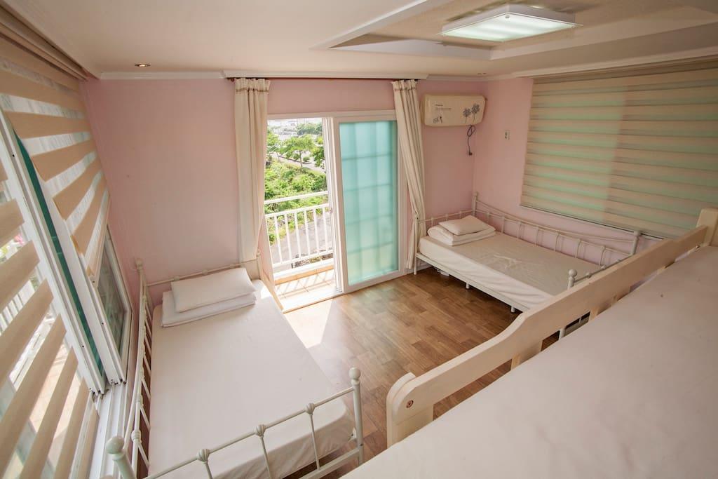 2층 4인실 핑크방