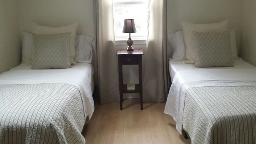 Practical Two Twin Bedroom - White Plains - Huis