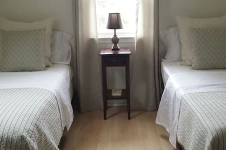 Practical Two Twin Bedroom - White Plains - Casa
