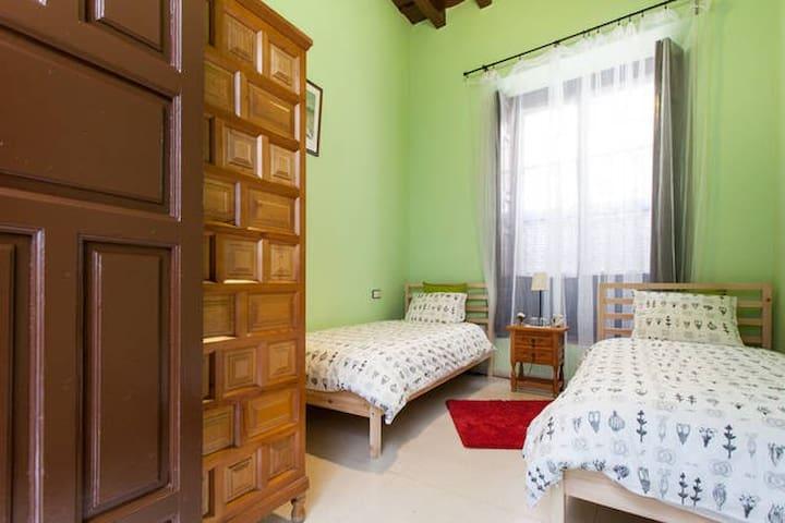 Amplitud y artesonado de madera para esta estancia alegre y luminosa.