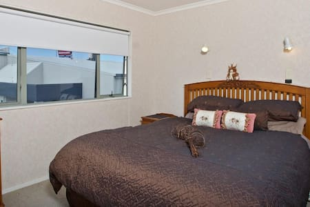 Upstairs King Bed with Private Bathroom (2nd Room) - Tauranga - Apartmen