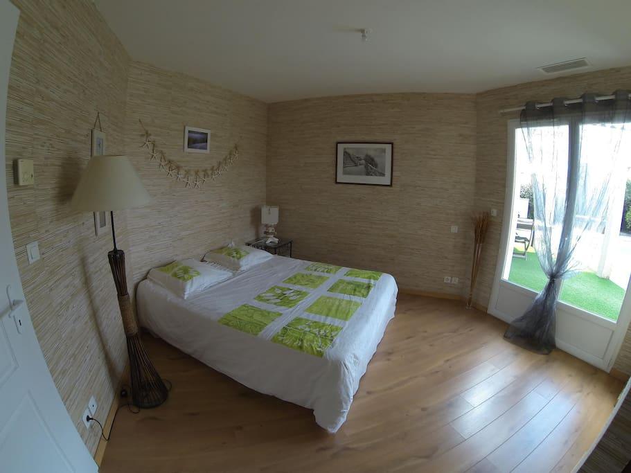 La chambre parentale (avec salle d'eau privative) côté piscine, lit en 160
