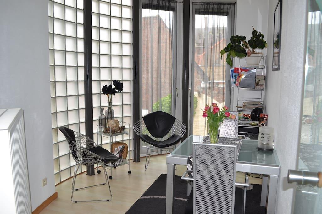 zitkamer met zicht op tuin. frigo en waterkoker,thee en koffie