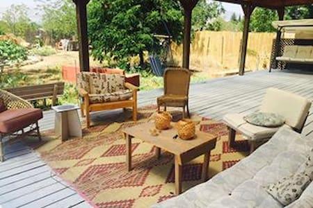 Cozy wooden hut for lovers and families - Mishmar HaYarden - Leilighet