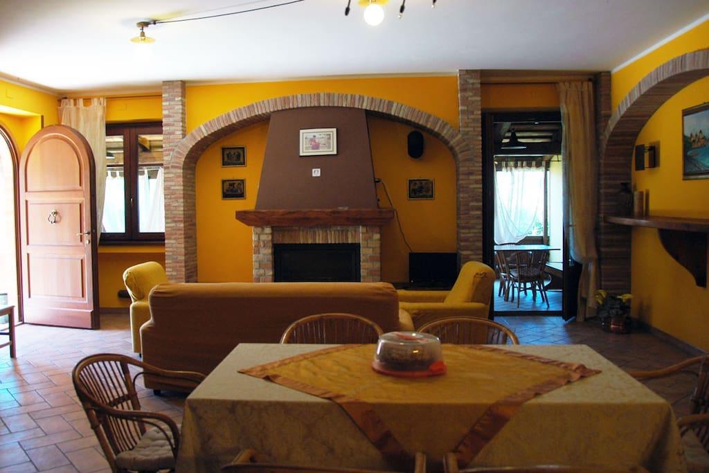 Al piano terra della struttura si trovano un ampio soggiorno, camino a legna e tv.