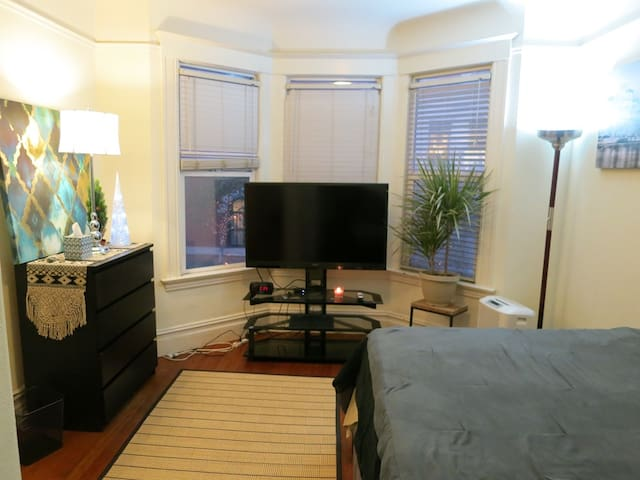 Private Room in a Great Location, Queen Bed, TV