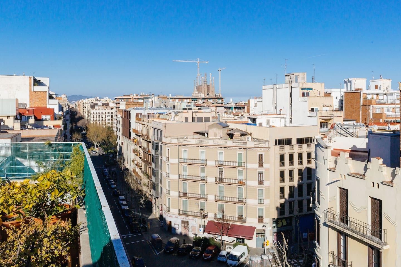 Vistas desde la terraza a la Sagrada Familia y al elegante barrio del Eixample (Ensanche) barcelonés