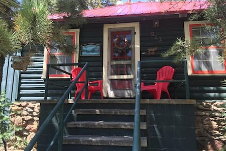 Cabin on Large lot walk to downtown