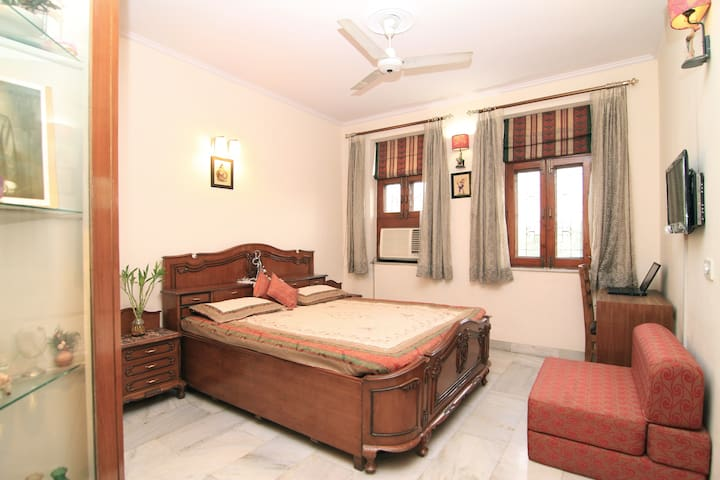 Entire 3BDR, 3 bath With Breakfast - South Delhi - Нью-Дели - Квартира